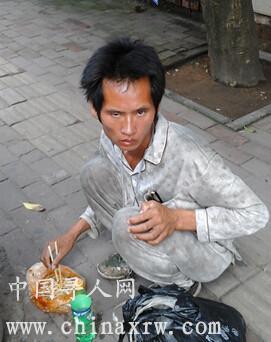 这个流浪者是我在广西南宁市火炬路(广西大学旁边)街上看到的